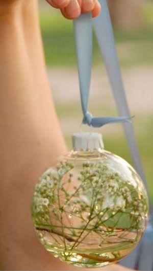 Arreglos florales para boda originales. Llena los ornamentos navideños con agua, gipsófilas y átalos con un lazo.
