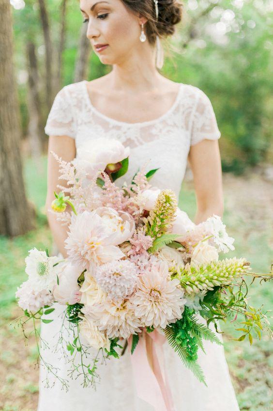 Bouquet de dalias fotografiado por Berrett Photography y diseño de weplusyoustudios