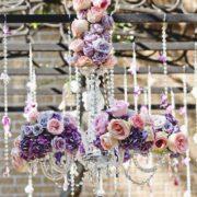 Chandeliers con flores y beads. ¿Te los imaginas colgando en jardines para bodas?