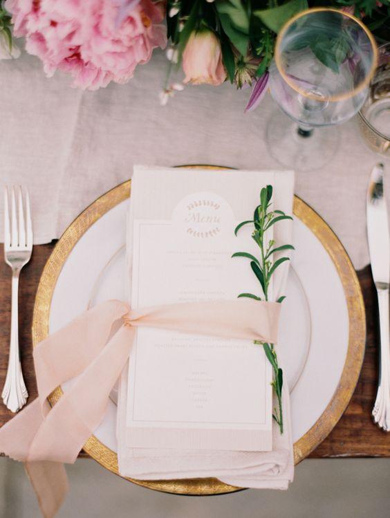 Dos colores que causan furor esta temporada: rosa y oro. Un lazo con una ramita da un detalle moderno a este clásico. Pink wedding celebration idea. Jessica Gold Photography.