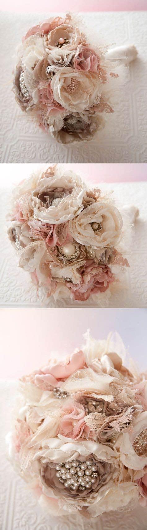 Flores de telas con perlas y brillantes en tonos de blush y beiges via Etsy.