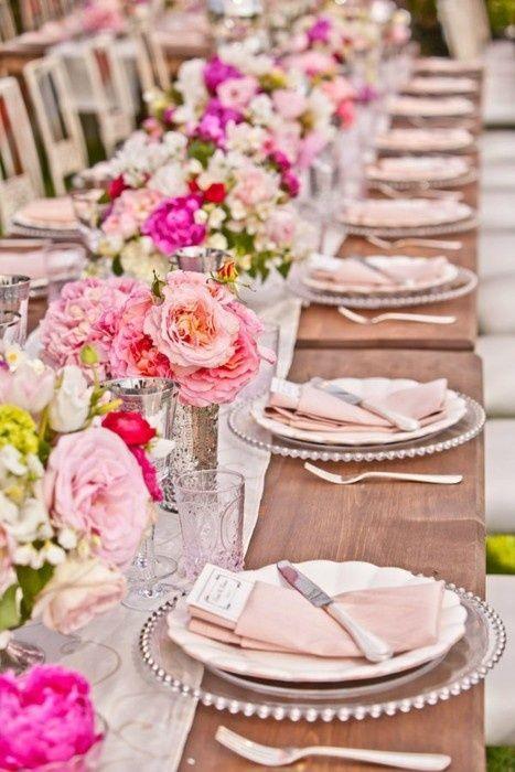 Ideas de decoración de mesas para fiestas de casamiento en pink blush. Charger plates en plateado, vajilla en blanco y la mantelería en tonos de rosa y blush, centros de mesa simples e impactantes.