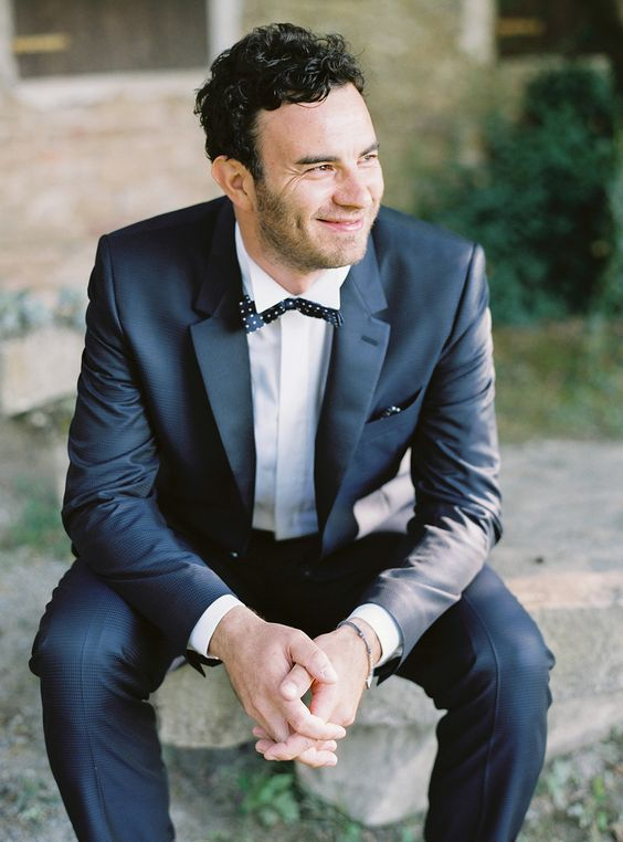 Imagina al novio con un traje moderno en azul marino en estos Jardines para bodas en Italia. Bodas destino ultra románticas. | Destination weddings. Italian garden and a groom with a modern dark blue suit.