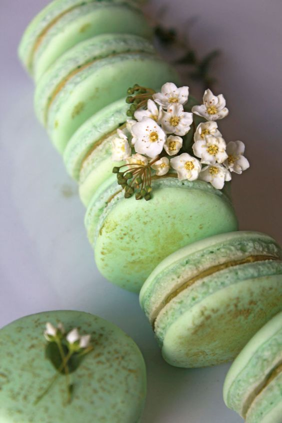 Matcha green tea french macaron for a trendy wedding.