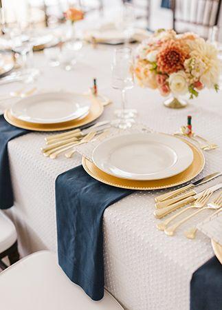 Mesas de una boda náutica glam.