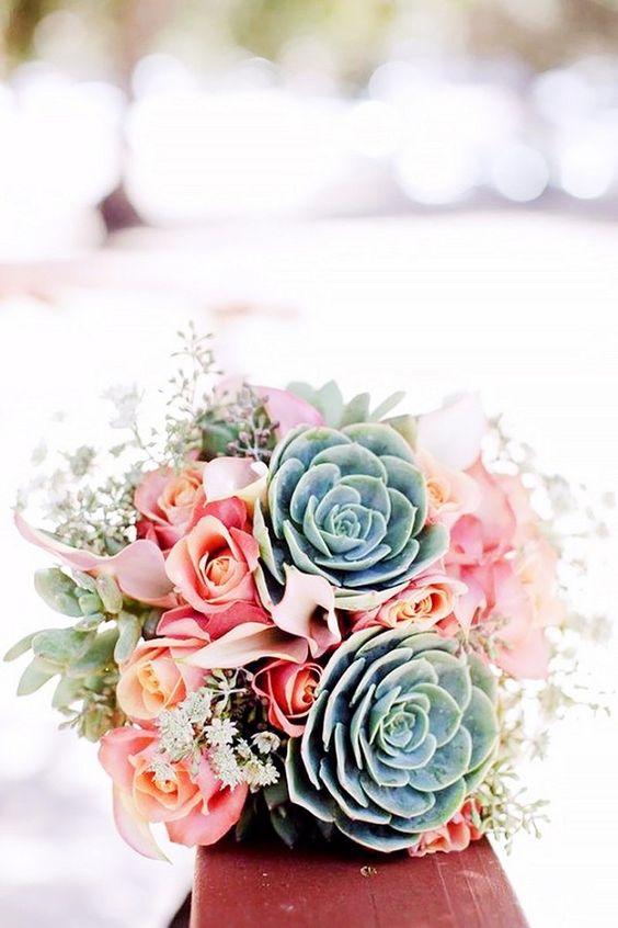 Ramos de novia redondos con rosas y suculentas. La combinación rosa y menta es elegante y memorable.