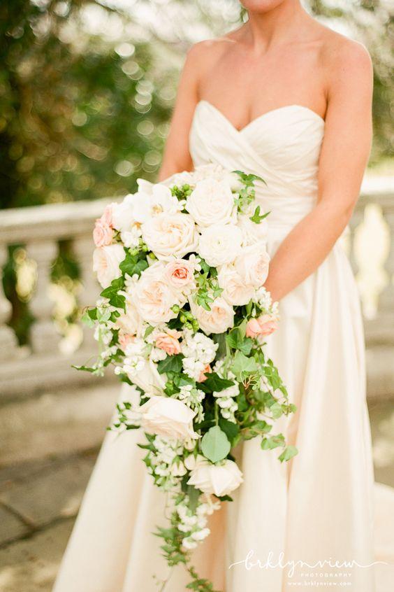 Tipos de ramos de novia en cascada con mucho verde para una boda boho chic. Brklyn View Photography.