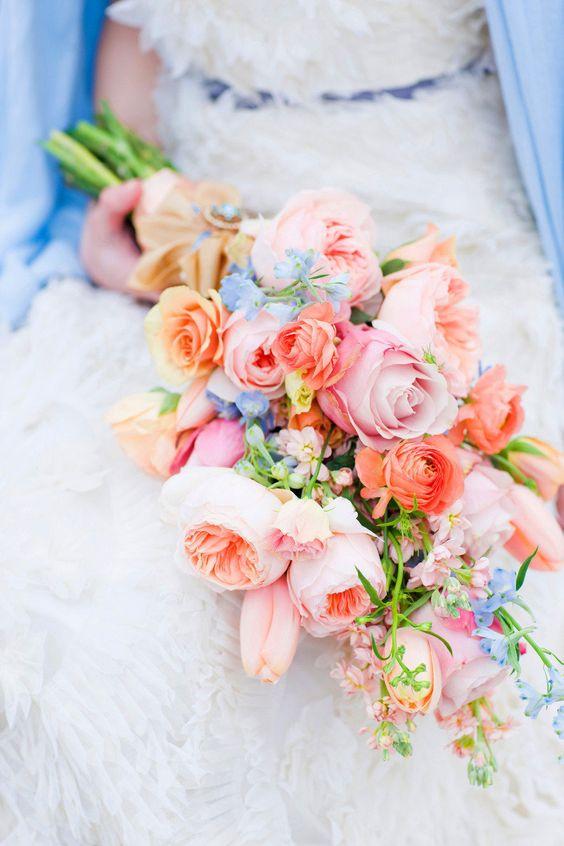 Tipos de ramos de novia: estilo pageant con tulipanes, rosas y peonias. Una fiesta para los ojos.