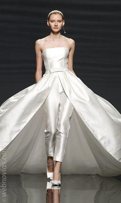 Traje de novia de pantalón desmontable de Rosa Clará.