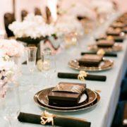 Un look glam para la decoración de mesas para fiestas de casamiento. Adoro el detalle de los souvenirs en cajas al tono. Foto Lisa Lefkowitz y diseño de Gloria Wong y Jubilee Lau.
