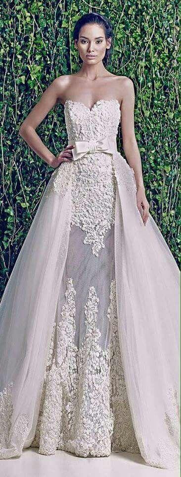 Vestido novia con guipiur bordado y cola desmontable de tul.