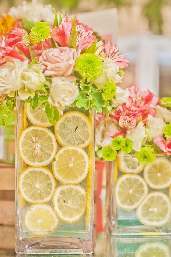 El amarillo de los limones se extiende a los verdes del arreglo floral con pops de color de las flores.
