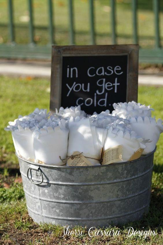 Los jardines para bodas son bellos pero a veces puede refrescar por la noche. Una idea original es un balde con Polares para los invitados friolentos. | A bucket full of cozy spreads just in case it gets cold at night.