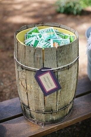 Siempre es preferible hacer rociar el jardín con repelente de mosquitos y agregar velas de citronella, pero un barril con Off no sobra.