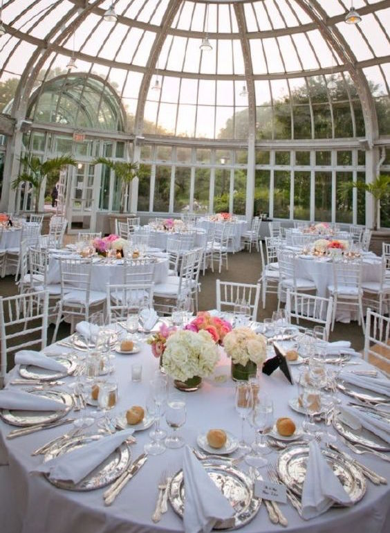 Simple y de ensueño, una boda en el jardín botánico de Brooklyn fotografiada por Joshua Zuckerman Photography. Brooklyn botanical garden wedding with round charger plates with and edged border and hexagonal plates. Play with shapes at a round table.