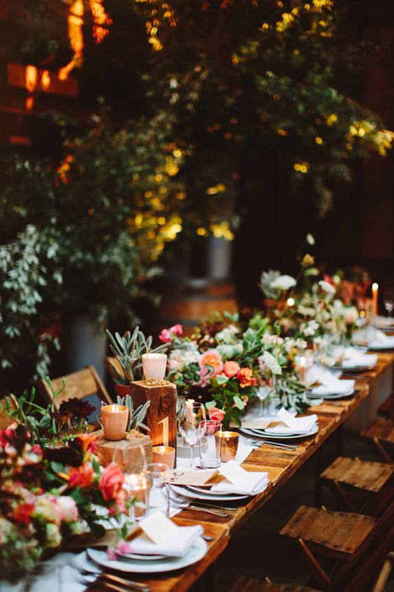 Esta boda en un jardín interior en pleno Brooklyn, los arreglos florales lo dicen todo. Brooklyn wedding with breathtaking floral design. Pat Furey Photography.