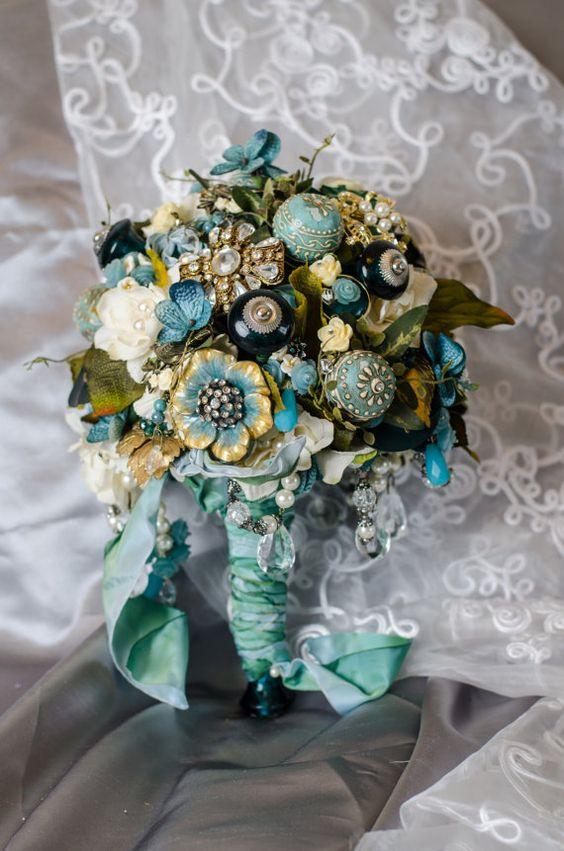 Un sueño hecho a mano para una boda vintage: Ramos de novia Sweet Charolette via Etsy.