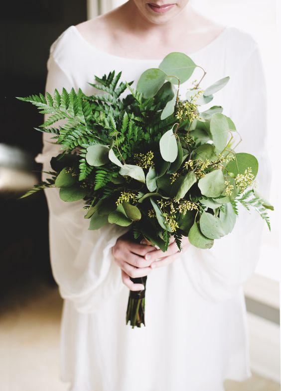 Una boda en Arkansas lució un bouquet en capas de verdor, hojas, eucaliptus y helechos.
