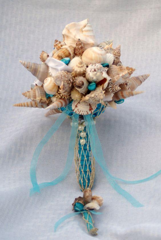 No hay necesidad de flores en un bouquet para una boda en la playa. Eso si, ¡ojo al tirarlo!