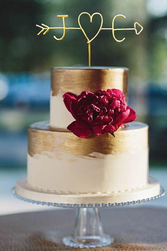 Con una boda en jardín, el cake topper puede imitar el corazón y las letras talladas en un árbol. | Original cake topper for a chic garden wedding.