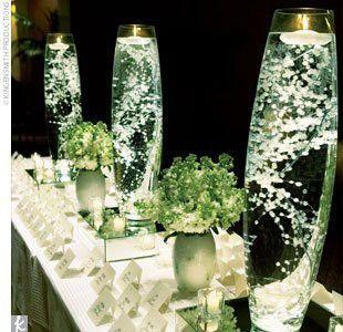 Sencillo, económico y hermoso. Centros de mesa con baby's breath en agua con velas flotantes.