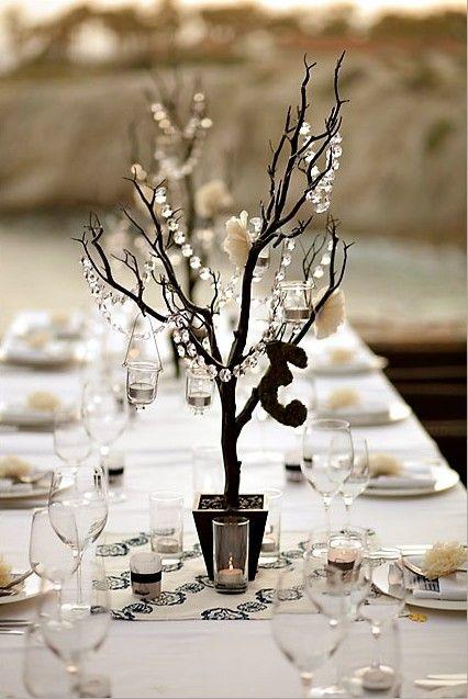 Centros de mesa con ramitas, claveles de papel y porta velas colgando para la decoración de mesas para fiestas de casamiento. Carnation poms and sticks centerpiece.