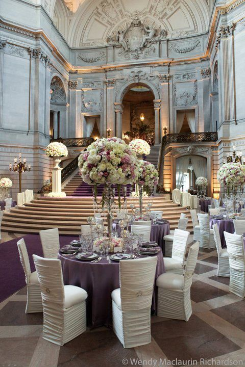 Una combinación de centros de mesa altos y bajos con mantelería en violeta y sillas con todo el estilo. Gorgeous wedding tablescapes for an unforgettable wedding.