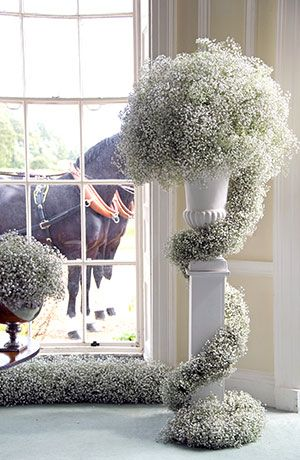 Absolutamente bello y refinado. Las gipsófilas lucen impactantes en esta decoración de bodas.