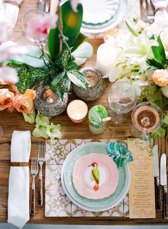 Con inspiración cubana, esta decoración de mesas para fiestas de casamiento rebosa de color. Perfecta para el verano. Foto: Jose Villa. Colorful Cuban tablescape inspiration perfect for a summer wedding.