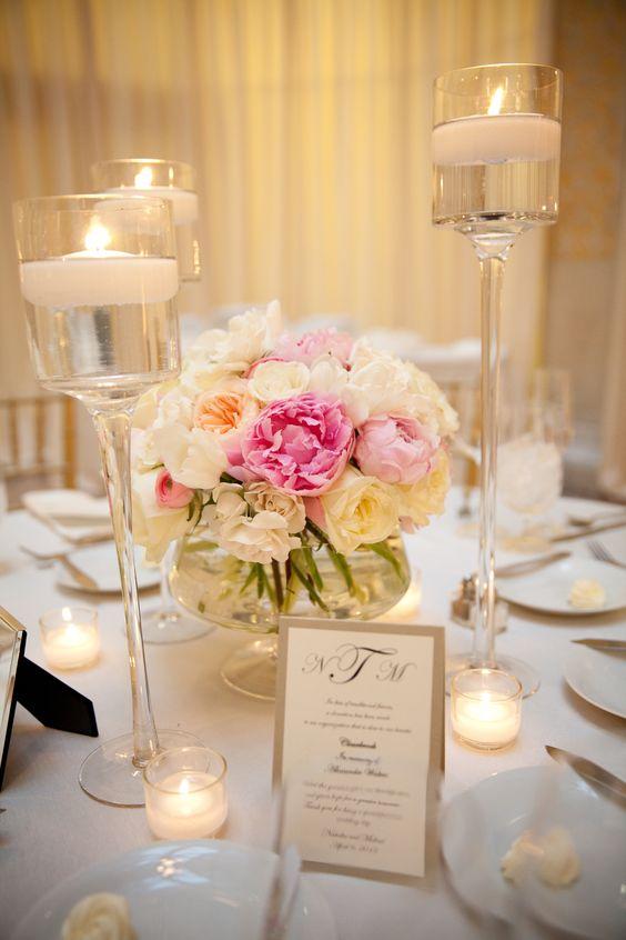Una decoración de mesas para fiestas de casamiento romántica y clásica con flores y velas. Foto: Gerber + Scarpelli.