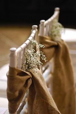 Arpillera y un ramito de gipsófilas para decorar las sillas de la boda.