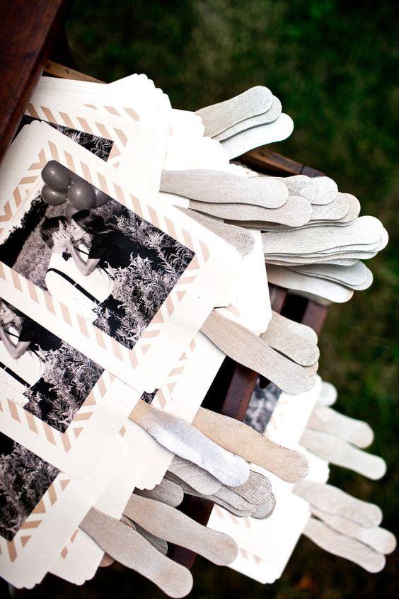 Programas de boda que pueden ser usados como abanicos. Ideas para bodas al aire libre.