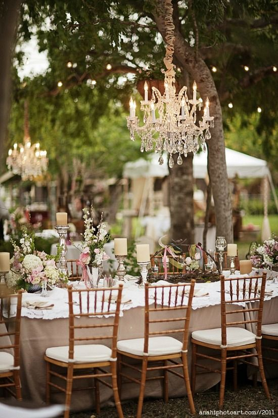 Y los chandeliers no solo ayudan a iluminar los jardines para bodas de noche, también agregan ese toque de elegancia sobre las mesas. Fotografiado por anahiphotoart. | Add a touch of elegance and help illuminate your garden wedding with chandeliers.