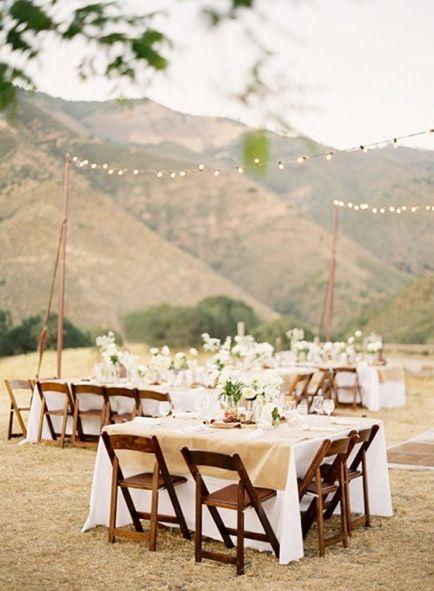 Los jardines para bodas en Colorado disfrutan del imponente escenario de las montañas rocallosas. Una decoración simple para una boda íntima e inolvidable.