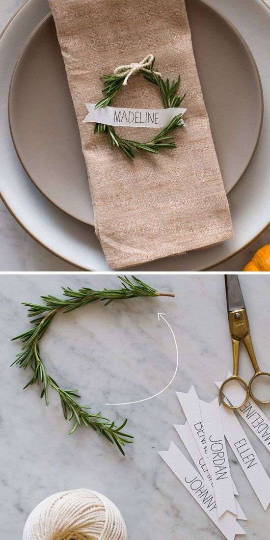 Un círculo de rosemary sirve como marcador de asientos y es simple para hacer tu misma. A rosemary wreath place card for a winter wedding decoration.