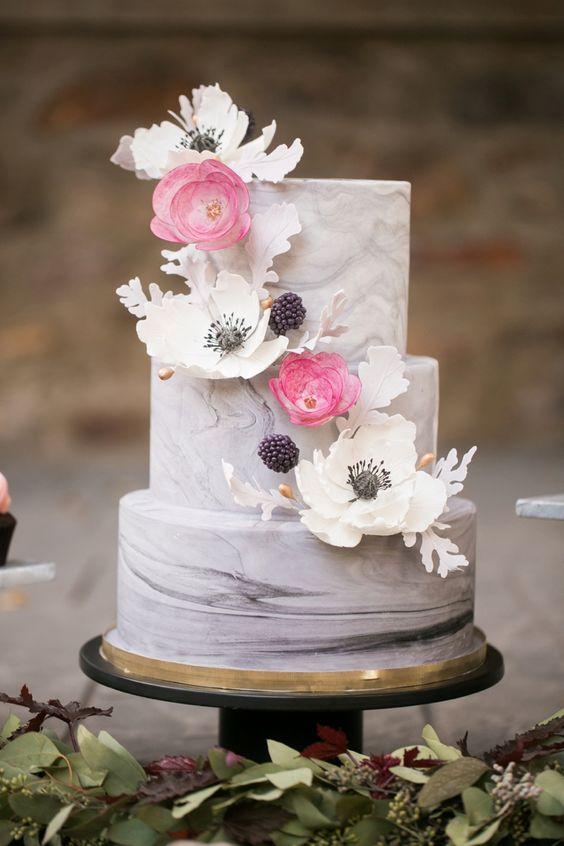 Todo el romanticismo se concentra en este alucinante pastel de bodas inspirado en las frambuesas y grosellas. Una creación de Nutmeg Cake Design Philadelphia, PA.