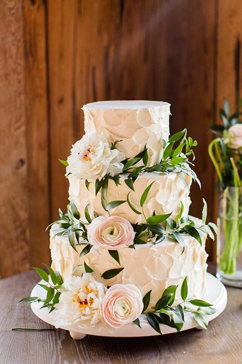 3-tiered buttercream wedding cake for garden weddings. Un pastel de bodas tradicional cubierto en buttercream y flores.
