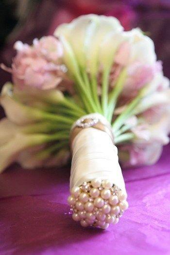 La parte inferior del ramo tiene un acabado con alfileres de boda Esta es ¡Una de las mejores ideas que he visto en mucho tiempo!