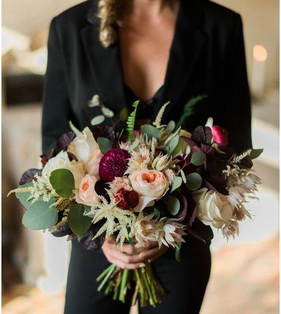 Un bellísimo ramo de novia creado por Kaleidoscope Naples styling de Elleson Events Venue fotografiado por trenholmphoto.