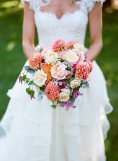 Un ramo de novia con dalias en coral y lisianthus blancos de Celadon and Celery Events. Baton NYC fotografiado por Robert & Kathleen Photographers. | Bridal's bouquet with coral dahlias and white lisianthks for a garden wedding.