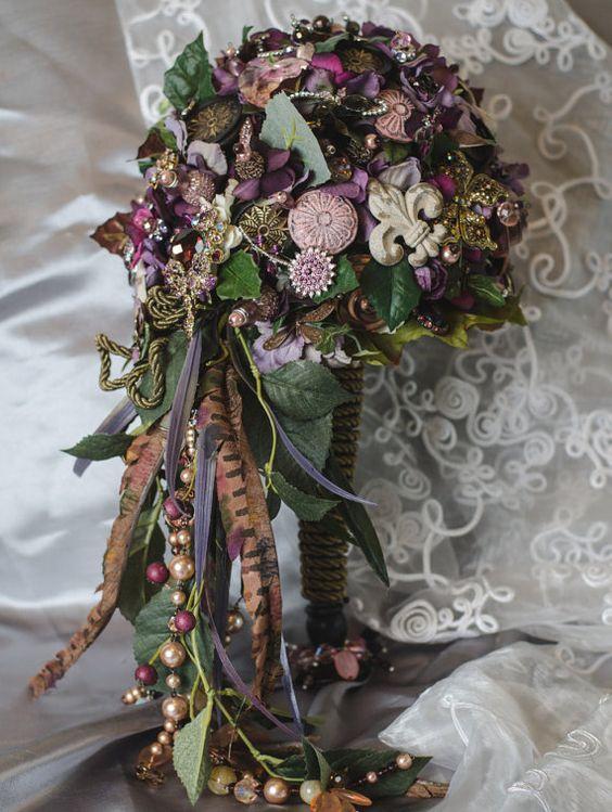 Se llama días de vino y rosas y personalmente creo que es para días inigualables. BellaAgoro hace estos tipos de ramos de novia a mano, con broches, perlas y en cascada y muchos más.