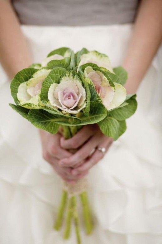 Entre los tipos de ramos de novia se encuentra el posy con verde y rosas.
