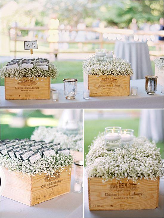 Una idea rústica para decorar tu boda. Los novios decidieron simplificar su boda y utilizaron gipsófilas dentro de cajas de vino para los place cards. Crossing Vineyards Fotografia Amy Rae Photography.