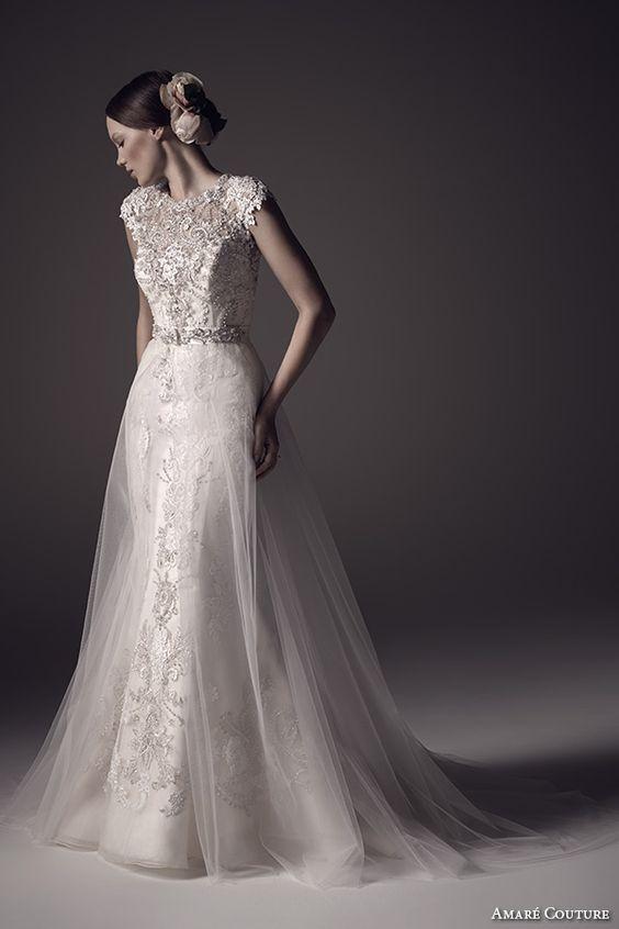 Amare couture nos trae un vestido 2 en 1 con cuello bote, bordado en su totalidad, con una sobrefalda de tul estilo trompeta y espalda con perlas.
