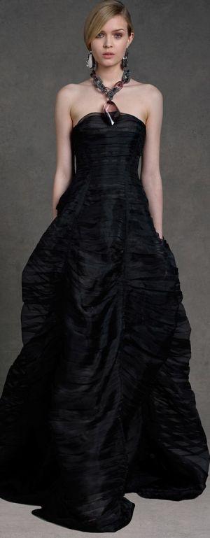Este vestido de Donna Karan es perfecto para disimular las caderas o piernas anchas.
