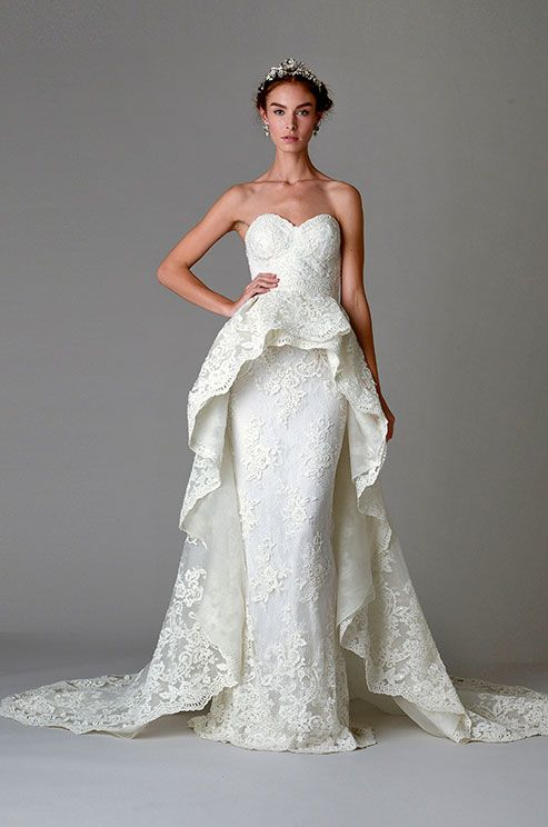 Un vestido de novia de la colección de Marchesa 2016 estilo columna con espalda descubierta y una cola desmontable estilo peplum.