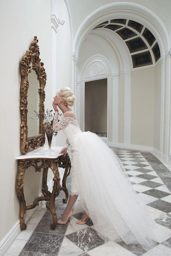 Vestido de novia Mooshki con una falda lápiz y tren desmontable. ¡Esos zapatos en pink blush son divinos!