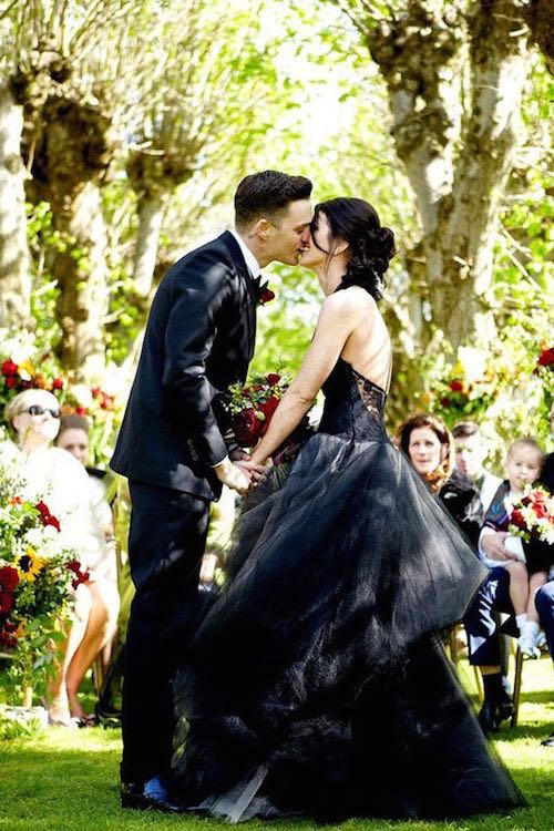Alucinante vestido de novia en negro para una boda al aire libre. | Stunning black wedding dress for a garden wedding.