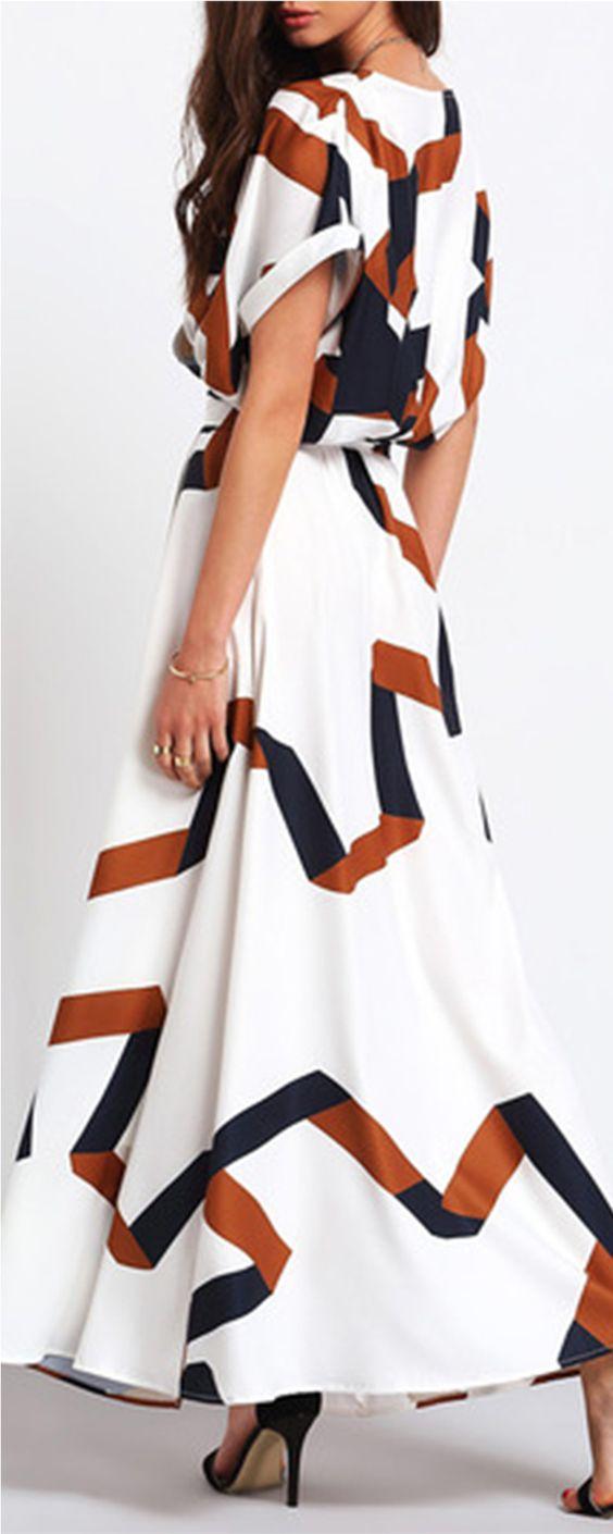 Un look liviano para este vestido maxi con print geométrico en chiffon con escote en V de Shein.