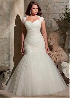 Elegante vestido para novias gorditas con chaqueta desmontable.